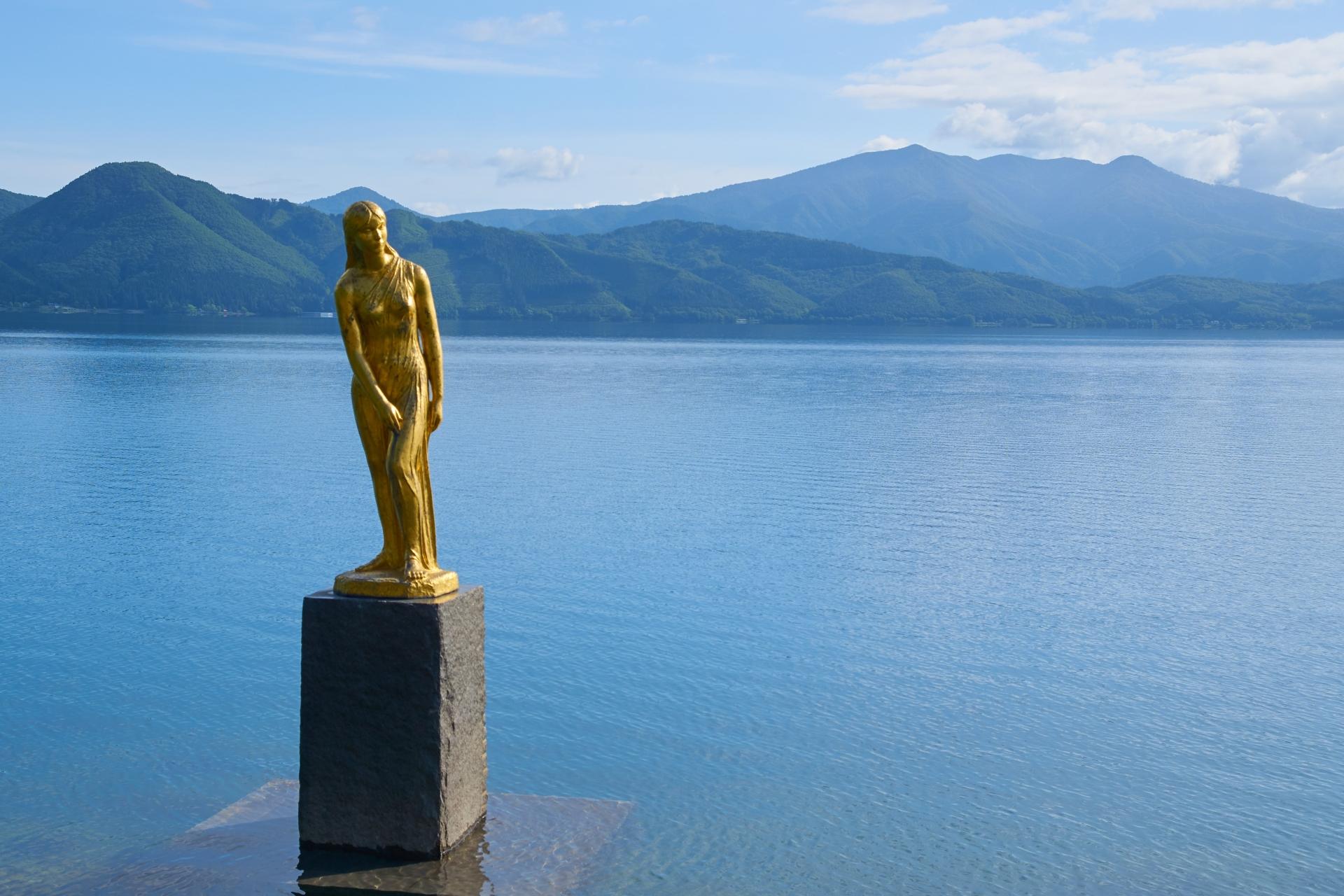 秋田県田沢湖たつ子像
